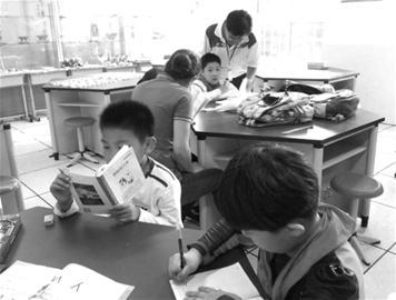 山东路小学托管班在志愿者老师指导下开展阅读活动.-公益中国