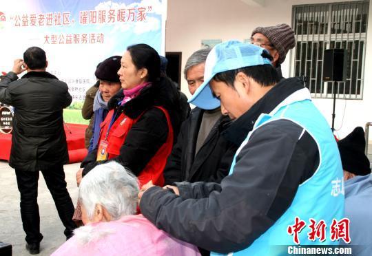 扬州志愿者关爱孤寡老人寒冬进社区送温暖 -公益中国图片
